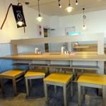 讃岐うどん 源八 - 店内 カウンター席があります。