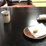 26803616 - お迎えの和菓子とおしぼり