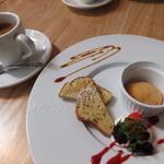 えびマリアージュきっちん - デザート:パウンドケーキ、塩キャラメル、苺とラズベリー