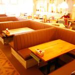 TAK CAFE - 最大7名様のソファテーブル席。