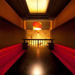 おもてなしや - 和モダンと赤いソファがアーティスティックな空間を演出
