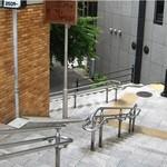 ジビエ料理アンザイ - 駅を出て左へ進むとすぐ左手に階段があります。 階段を下ってください。