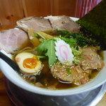 飛雄馬 - あっさり醤油チャーシュー中盛り 麺中太麺