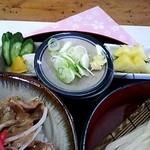 金比羅 - セットのお新香、パイナップル、うどんの薬味(2014/4)