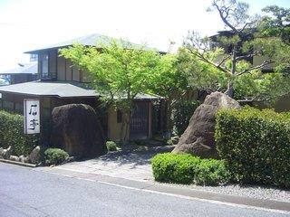 庭園の宿 石亭 - 入り口です。駐車場はここの山側にあります。
