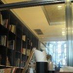 CAFE RIGOLETTO - 数々の洋書の読書も楽しめます!