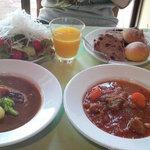 2690308 - メインディッシュのビーフシチュー(手前左)と豚とひよこ豆のトマト煮込み(手前右)