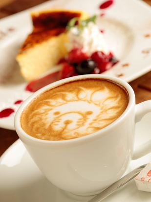 アカリ カフェ - お好みのラテアートのリクエストもできる『ホット・カフェラテ』