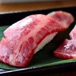 うなり - 上質の赤身ハネシタ部位をさっと炙って握ったお寿司です。 お口の中でとろけるお肉とほろほろとくずれるお米の食感を アンデス産岩塩とたまり醤油で堪能して下さい