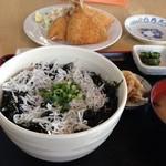 葉山港湾食堂 - 釜揚げしらす岩海苔丼、アジフライ(3尾)