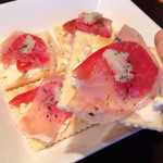 Aプラス - お通し。 クラッカーの上にクリームチーズ、 トマト、生ハム、バジルなど… ※もちろん無料じゃないよ