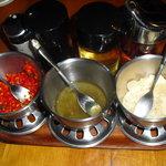 アジアガーデン - 唐辛子とゴマのなにか、青唐辛子の酢漬け、ニンニク