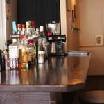 apa apa cafe - カウンター席もあり夜はバー使いができる♪