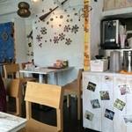 アールティーズ・インディアン・カフェ - 壁の飾りが綺麗な店内です