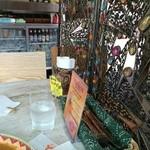 アールティーズ・インディアン・カフェ - 入ってすぐの席です、衝立てが綺麗です