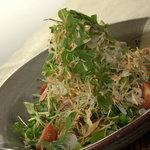 きりの屋 - 新鮮な地元野菜を使ったサラダ