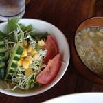 キッチン・テラス ココニール - デフォルトのサラダと豚汁