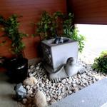 麺処 綿谷 - 玄関付近にある置物