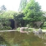 26968248 - 窓の外は、鯉が泳ぐ池があります。