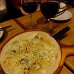 バルビダ - 4種のチーズのピッツア:590円+ヴィニャ アルバリ テンプラニーリョ2012年ボトル:2000円