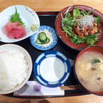 26971921 - 〔日替ランチ〕油淋鶏・中落ち定食(¥890)。肉と魚のハーフ&ハーフで、バランス良さそう