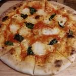 26979652 - 炭火イタリアン Azzurro520 +caffe @西葛西  Pizza マルゲリータ 880円(税抜)