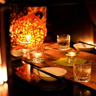 雰囲気ある洗練された個室。心落ち着くダウンライトもポイント◎