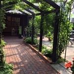 カフェ・ド・ギャラリーアダチ - 玄関近くのお庭★