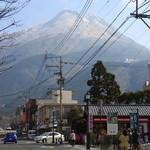 26983581 - 湯布院岳を背にして駅の方に歩いていきます。