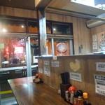 麺や 樽座 - 店内はさっぱりとしてます。 カウンター席のみです