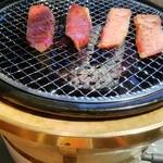 焼肉 充 - 特上ロースを焼いてます。