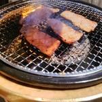焼肉 充 - 特上カルビも焼いてます。