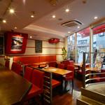 浅草カフェ ラグランドカリス - おしゃれな赤い椅子と、地上より少し低めの位置にある店内