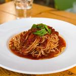 ジヴェルニー - ベーコンとバジルのトマトパスタ