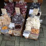 27007244 - 店頭には、いろいろな種類の豆が販売されています。試食もたくさん用意してあります