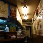 27008543 - (2014/3月)テーブル席からカウンター席、厨房を見たところ