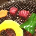 美福苑 - 付け合わせ野菜と一緒に焼いてる角切りサーロイン