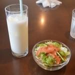 カフェ サンティ - サラダとラッシー