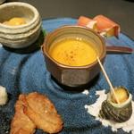 27019908 - お通しは鯛の茶わん蒸し、ほたてひものぬた、キウイ生ハム、鴨のショウガ焼き、姫サザエ。