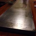 潜龍 - こんな大きな鉄板が10畳ぐらいの部屋のテーブルにドーン!