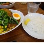 27038227 - ベジタブルカレー(980円)・・カレー自体はスパイスを強調しないまろやかなお味です。                        ライスは「玄米」「白米」を選べますので「白米」に。スープカレーのご飯には必ず「レモン」が添えられていますね。
