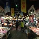 すし処 三國 - 地下の魚市場併設。