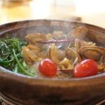 ごはん屋 今ここ - 「アサリ・トマト・アスパラ菜」タジン鍋で蒸し焼きにしたアサリたち。美味しい!