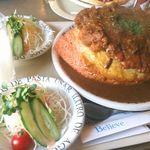 レストランビリーブ - パワフルオムカツ カレーソース。サラダとドリンクは3人分まで無料で頼めましたのでサラダ2皿とカルピスジュース1本をオーダー