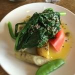 フェデリコ - ランチ前菜「温サラダ、タプナードソース」。写真は1.5人前。地野菜は春菊、トマト、じゃが芋、ゴボウ、キヌサヤの5種。アンチョビ入りの黒タプナードが美味しい野菜を更に美味しく。うんま~♡