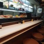 梅田 吉野寿司 - 店内はカウンター席のみ
