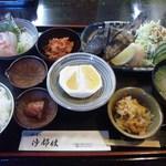 和食乃沙都使 - お昼のおまかせ定食 ドリンク付き(1000円 ご飯お替り無料) このボリューム、美味しさ満点です!
