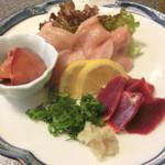 鶏料理 川 - 刺身盛り合わせ。むね肉の一切れ大きいです。おネギと生姜が添えられています。玉葱スライスも沢山♪