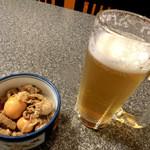 鶏料理 川 - 生中450円、玉ひも煮350円(税込み価格)