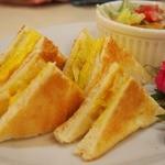 カフェ・ド・ブルー - マヨでは無く パンにちょい砂糖マター オムレツみたいな卵
